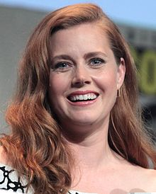 Amy_Adams_speaking_at_the_2015_San_Diego_Comic-Con_International_(cropped)